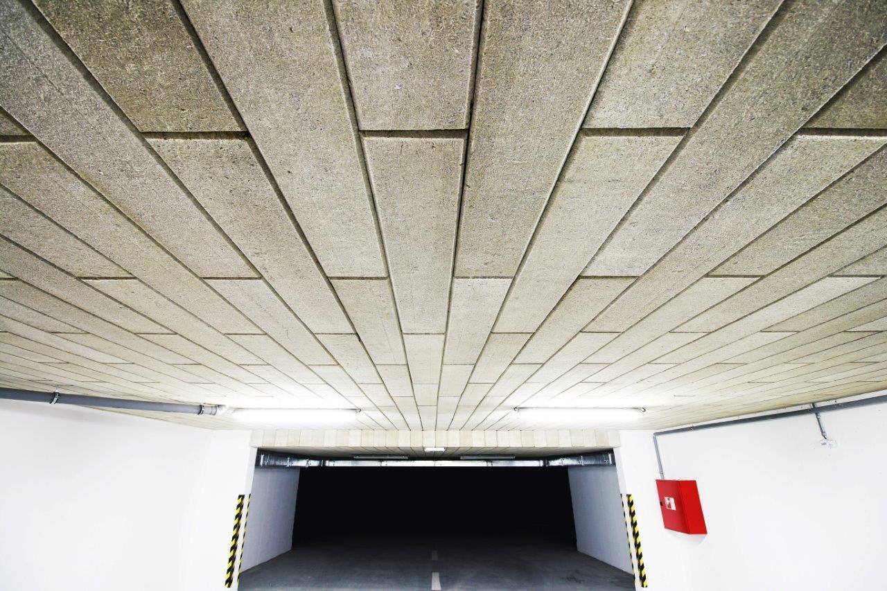 Zateplenie stropu garáže – bytový dom Trenčín, Olbrachtova, realizačná firma E-RAN Slovakia - 2.Keďže sa jedná o izoláciu vo vnútri objektu, odpadá nutnosť ochrany pred dažďom a snehom, systém nie je namáhaný ani vetrom. Preto je tieto izolácie možné lepiť celoplošne na stropnú konštrukciu bez dodatočného kotvenia, povrch stropnej konštrukci