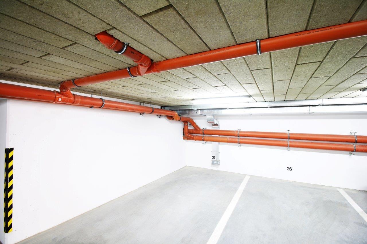Zateplenie stropu garáže – bytový dom Trenčín, Olbrachtova, realizačná firma E-RAN Slovakia - 3.Frézované lamely sa vyrábajú v rozmedzí hrúbok od 5 do 15 cm a majú na jednej strane všetky 4 hrany ofrézované a čo spolu s nástrekom vytvára finálnu povrchovú úpravu.