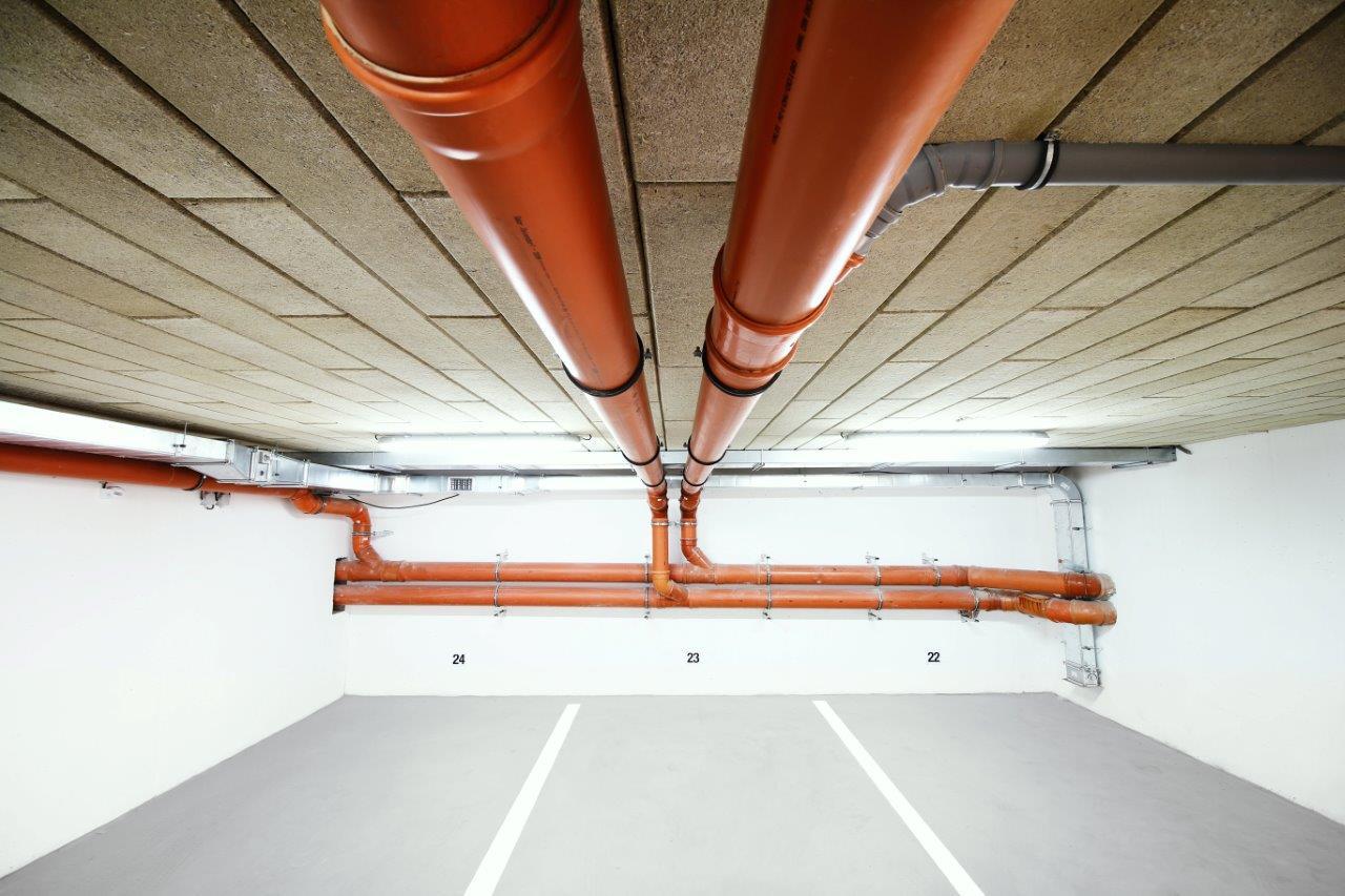"""Zateplenie stropu garáže – bytový dom Trenčín, Olbrachtova, realizačná firma E-RAN Slovakia - 4.Po ich nalepení na podklad stropu vzniká mierne členitá plocha so skosenými hranami, ktoré vytvárajú jemný priestorový """"3D"""" efekt.  Tým sa dá vyrovnávať nerovnosť podkladu. Jednoducho sa dá integrovať do vrstvy aj potrubia a rozvody."""