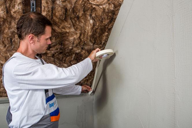 Ako sa vyhnúť chybám pri zatepľovaní  šikmej strechy II. - 1.Pre dosiahnutie súvislej parozábranovej vrstvy použijeme na napojenie parozábranovej fólie na murivo LDS tesnici pásik. Tesniaci pásik doporučujeme nalepiť súvisle na omietku po obvode šikmej strechy ešte pred aplikáciou parozábranovej vstvy.