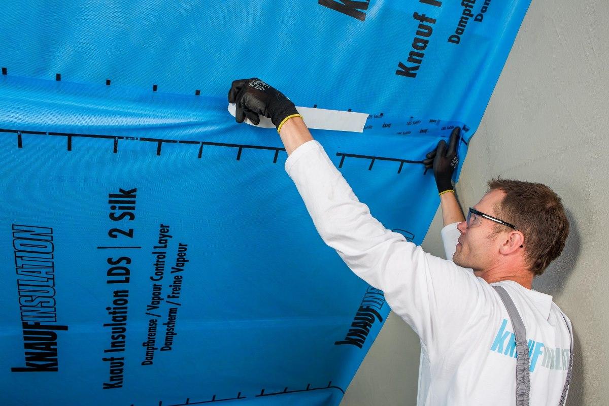 Ako sa vyhnúť chybám pri zatepľovaní  šikmej strechy II. - 3.Pre celistvosť parozábranovej vrstvy je potrebné prelepiť aj vzájomné styky. Použijeme vhodné pásky
