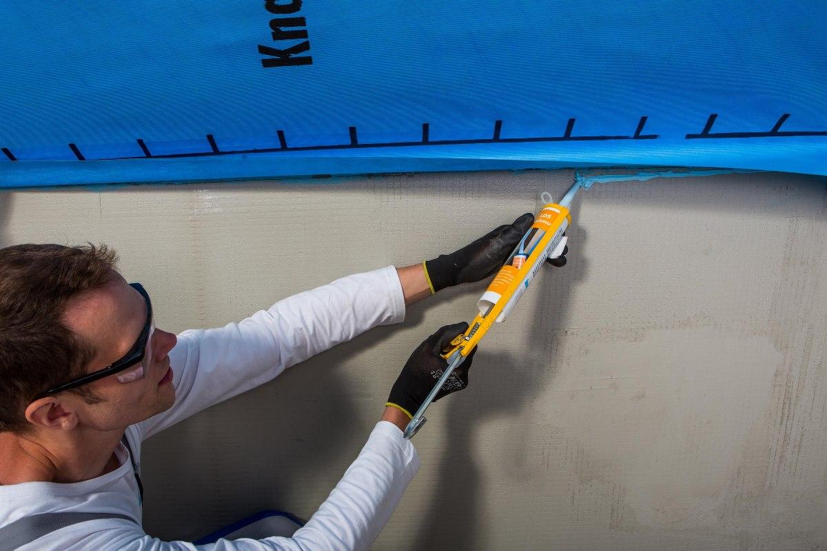 Ako sa vyhnúť chybám pri zatepľovaní  šikmej strechy II. - 4.Na miestach spojov s murivom, kde páska môže strácať lepivosť, je vhodné použiť správny tmel