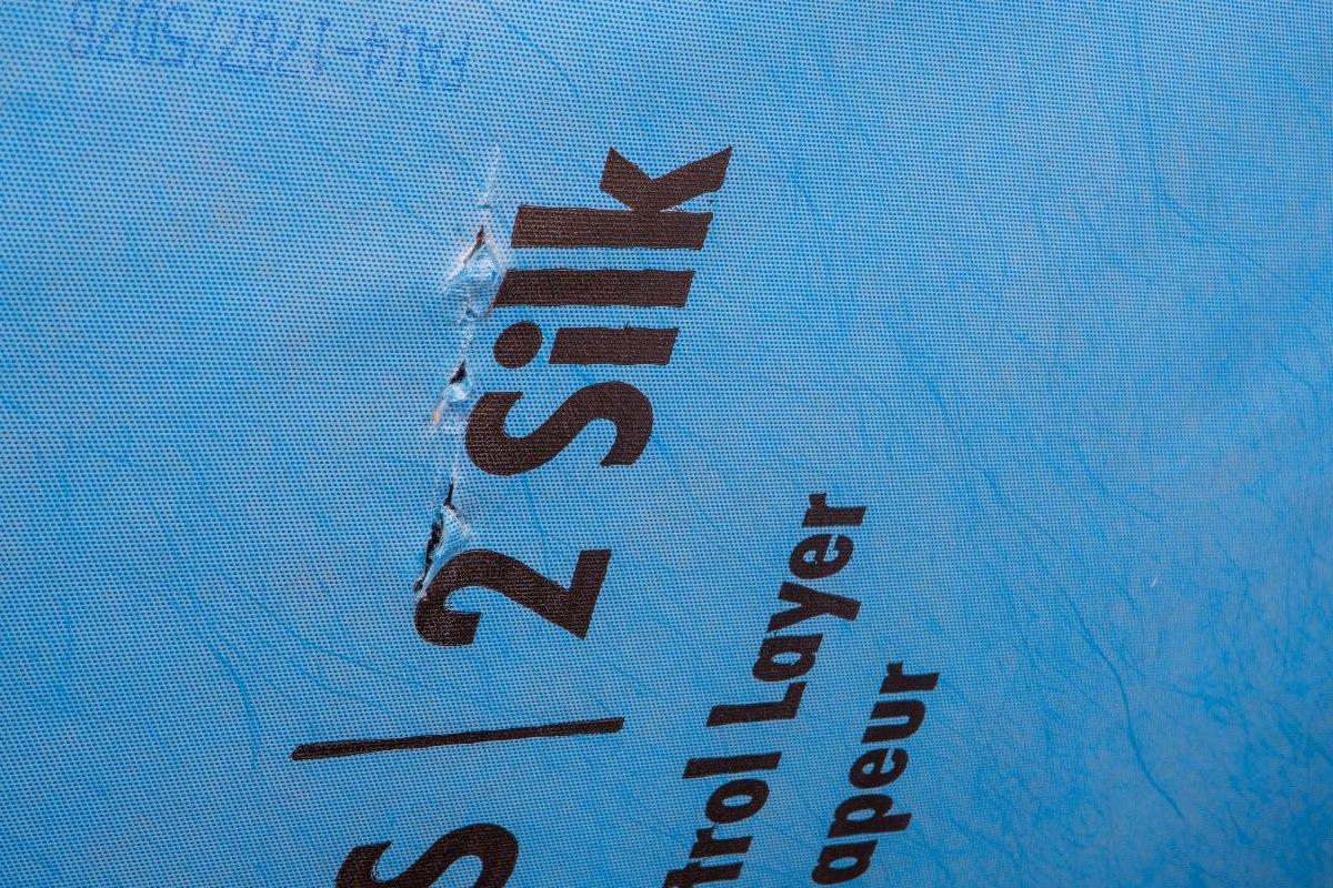 Ako sa vyhnúť chybám pri zatepľovaní  šikmej strechy II. - 5.Miesta, kde sa parozábrana poruší, je nutné tiež opraviť tesniacou páskou