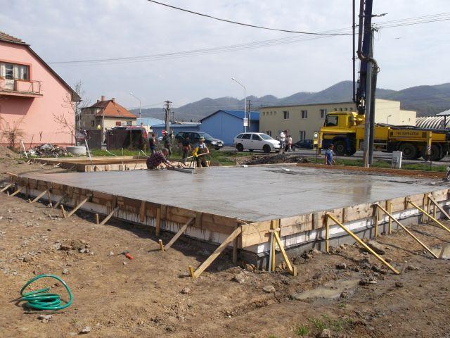 Ako sa izolujú drevostavby I. - 1.Pri  každej drevostavbe sa začína základovou doskou. K dobrému zatepleniu stavby patrí už v tomto kroku izolácia podlahy, buď pod samotnou betónovou platňou extrudovaným polystyrénom alebo penovým sklom. Možná je aj izolácia nad betónovou platňou