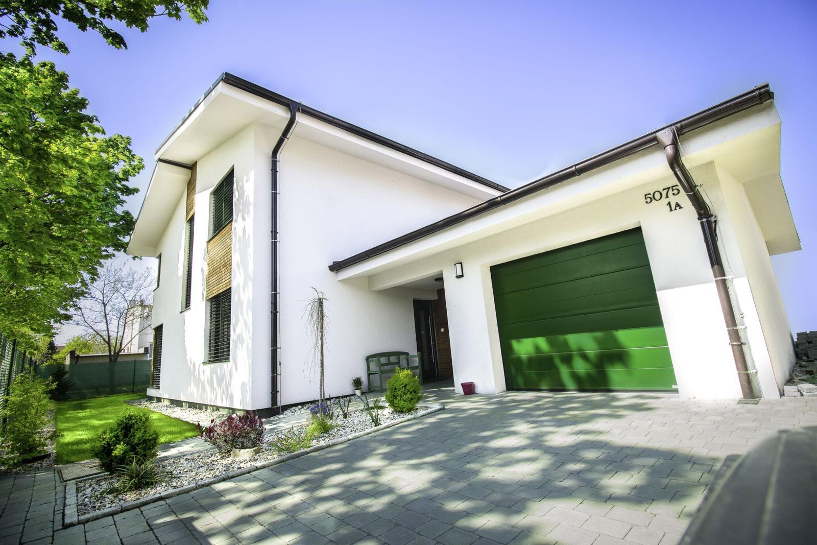 Pasívny dom ako z čítanky - Pasívny štandard drevostavby potvrdili aj po ukončení stavby merania a blower door test. Komfort bývania je skutočne cítiť na nákladoch. Podľa vyúčtovanie za 12 mesiacov vychádzalo 50 eur na mesiac za elektrinu.