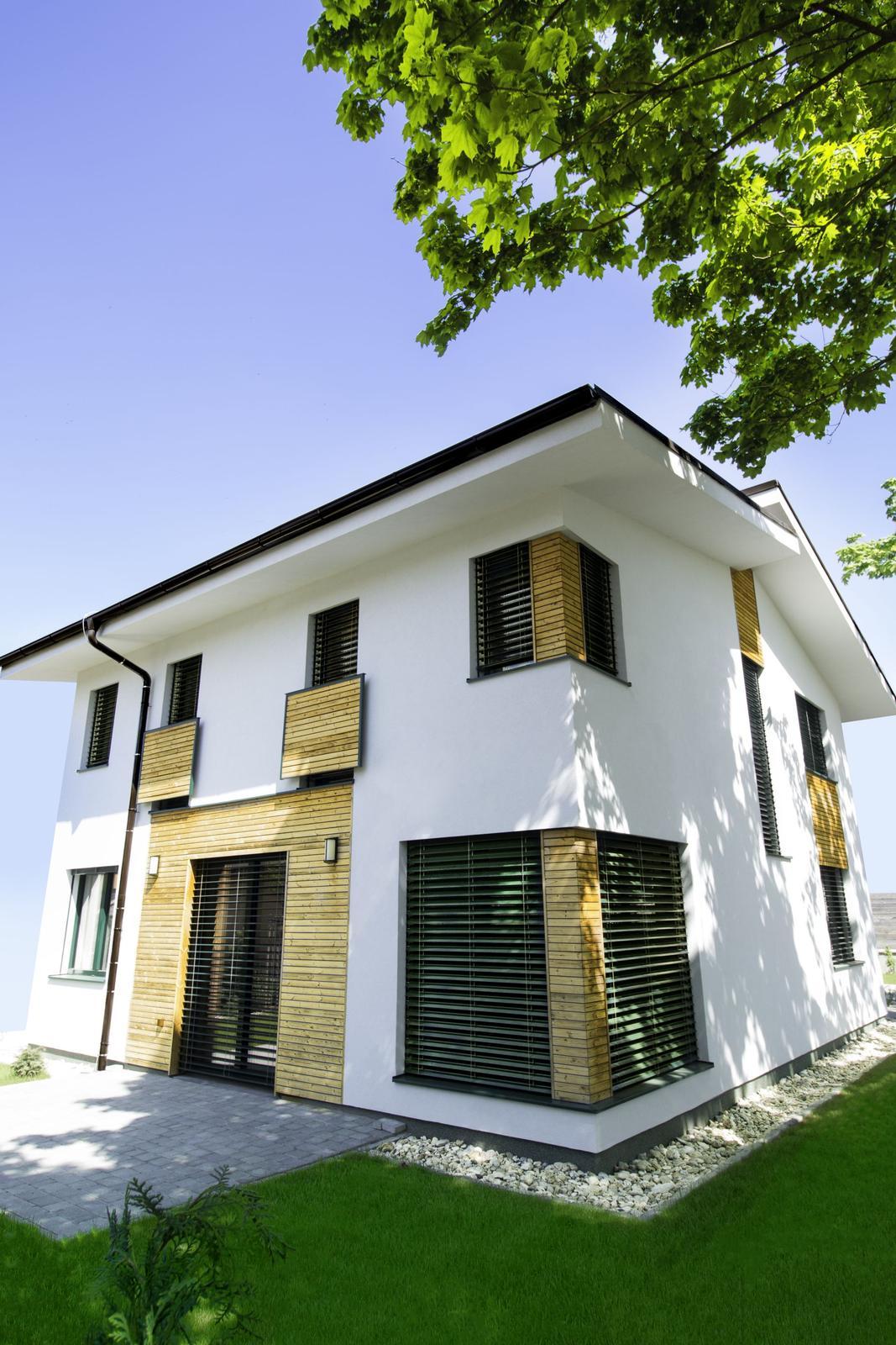 Pasívny dom ako z čítanky - Energetický štandard zabezpečila kvalitná tepelná izolácia, dobré okná s izolačnými trojsklami a dôkladná eliminácia tepelných mostov. Sendvičová konštrukcia je 20 cm izolácie z minerálnej vlny Knauf Insulation vo vnútri steny a 22 cm EPS zvonku
