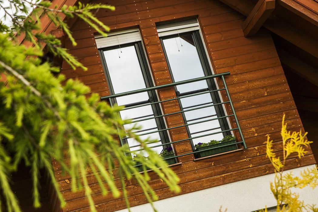 Nízkoenergetická drevostavba s alpským nádychom - Prehrievaniu podkrovia zabraňuje dôkladná tepelná izolácia šikmej strechy s hrúbkou až 50 cm. Strešné okná sú zvnútra opatrené vnútornou roletou a tiež vonkajšími žalúziami, ktoré slnko odrážajú.