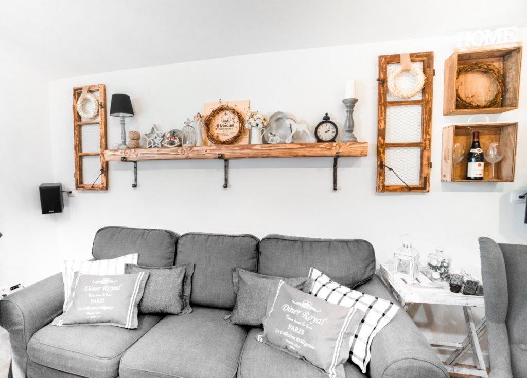 Z typovej drevostavby originál - Majú veľa zmien oproti typovému domu, ale vždy ich vopred konzultovali a odsúhlasili, ešte pred tým, ako išiel dom do výroby. Lampy, úchytky, garniže a konzoly si dali ukovať u kováča na mieru.