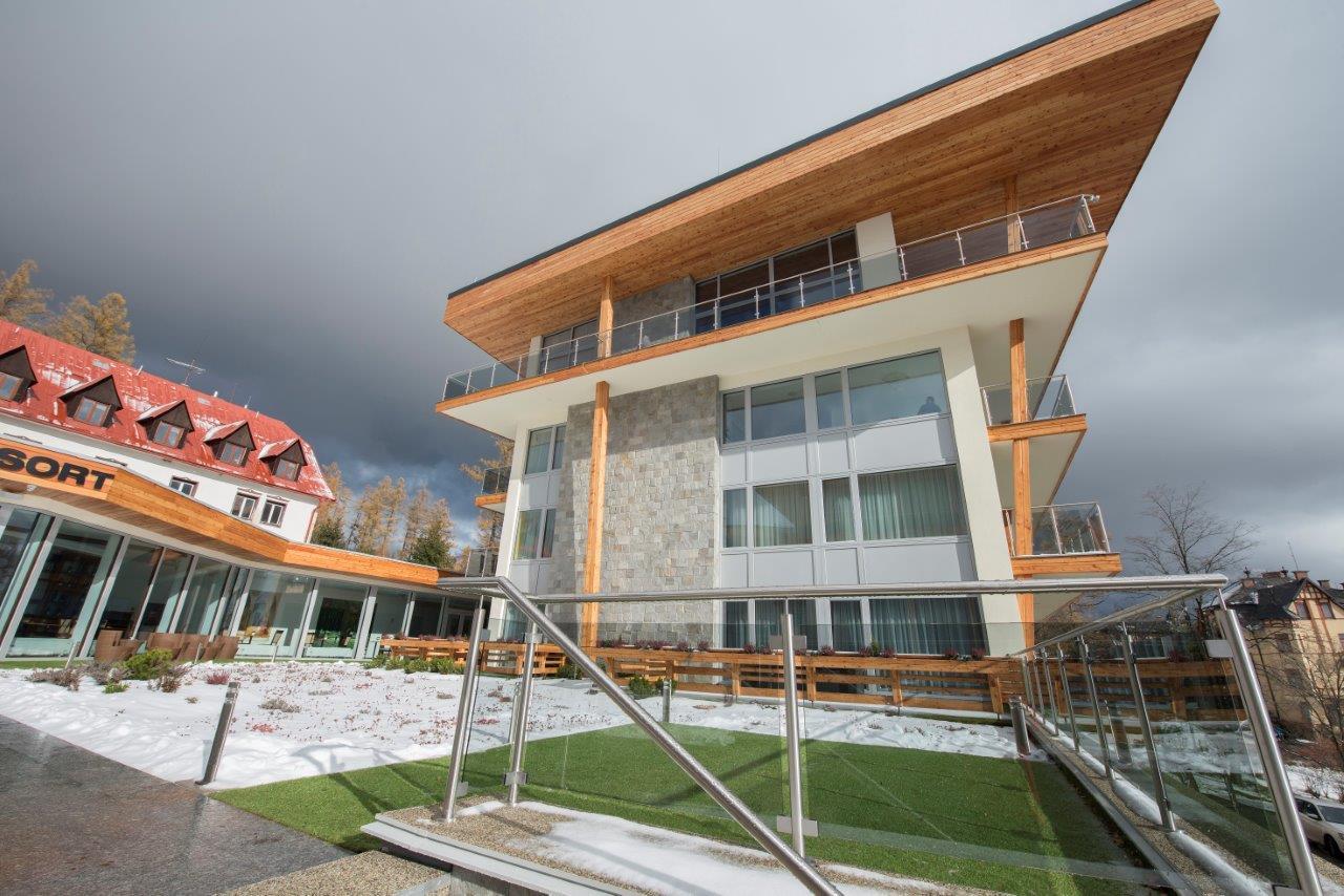 Komfort v architektúre v tatranskom štýle - Budova je v lete klimatizovaná a v zime vykurovaná kombináciou podlahového teplovodného vykurovania a radiátorov.