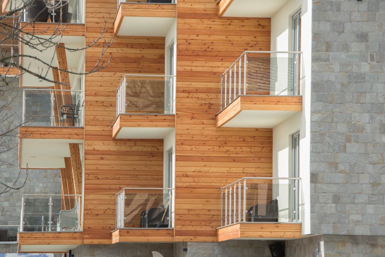 Komfort v architektúre v tatranskom štýle - Strop nad prvým podlažím je zateplený minerálnymi lamelami CLT C1 s hrúbkou 15 cm. Lamely tepelne izolujú podlahy v interiéri a zároveň chránia obyvateľov pred hlukom zo suterénu