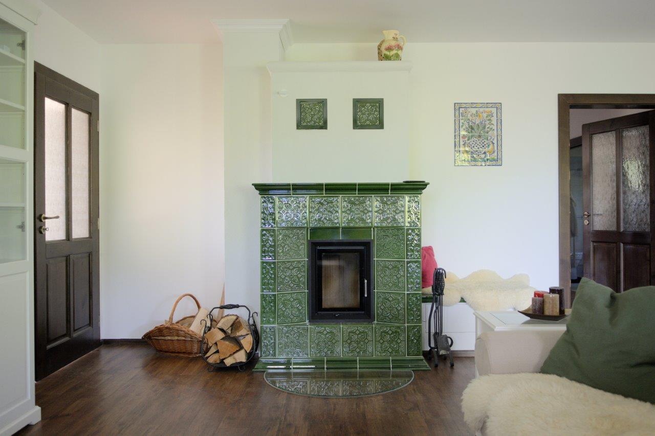 Chalupa, ktorá neobmedzuje pohodlie - Celý priestor efektívne vykúri podlahové vykurovanie, zdrojom je elektrický kotol, ktorý zabezpečuje aj teplú vodu. V zime viac využívajú kachľovú pec v obývačke a podlahovka priestor len temperuje.