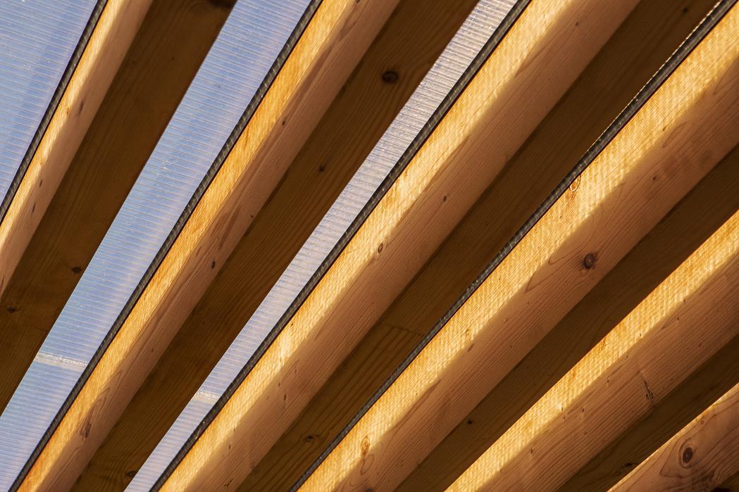 Moderná drevostavba s vlastným rukopisom - Povrch fasády je v dvoch vyhotoveniach, sčasti je ukončenie omietkou a na niektorých miestach je vertikálny drevený obklad so smrekovca. Atypickým a zároveň najnáročnejším riešením bola konštrukcia strechy.