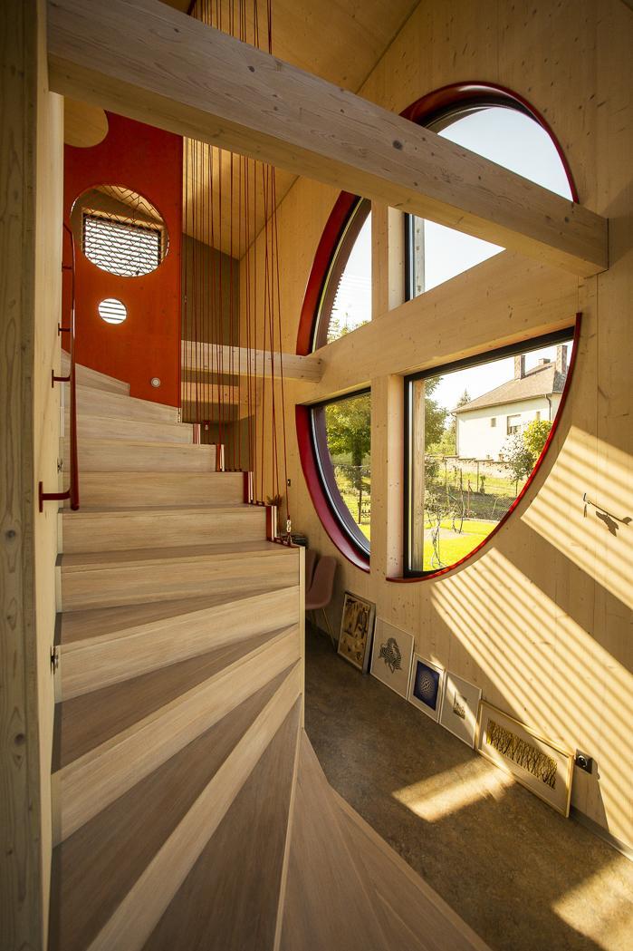 Moderná drevostavba s vlastným rukopisom - Stavať sa začalo v novembri 2017 a na jar 2019 bola stavba odovzdaná. Ako vysvetľuje architekt, bola v princípe hotová za rok a určite by sa to dalo stihnúť aj skôr, ale keďže nemali naponáhlo, všetko realizovali pozvoľna a netlačili na termíny.