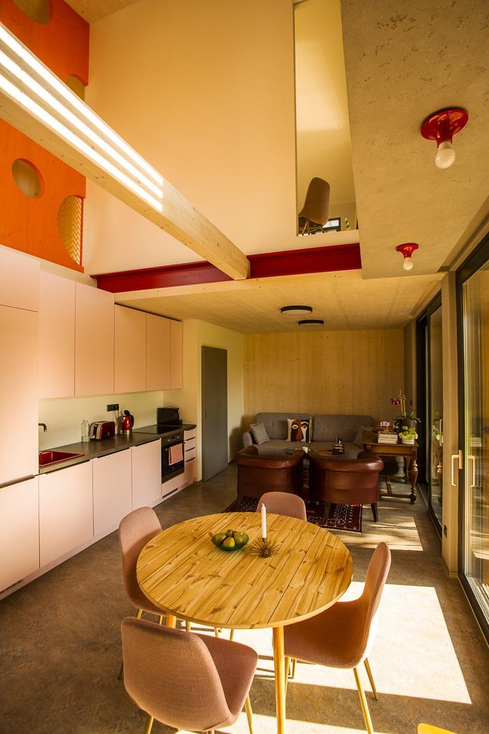 Moderná drevostavba s vlastným rukopisom - V interiéri sú netradične priznané niektoré časti konštrukcií, napríklad oceľový nosník. Neštandardné sú tiež úpravy vnútorných povrchov stien. Na niektorých miestach je namiesto sadrokartónu použitá smreková biodoska. Zaujala nás podlaha z marmolea