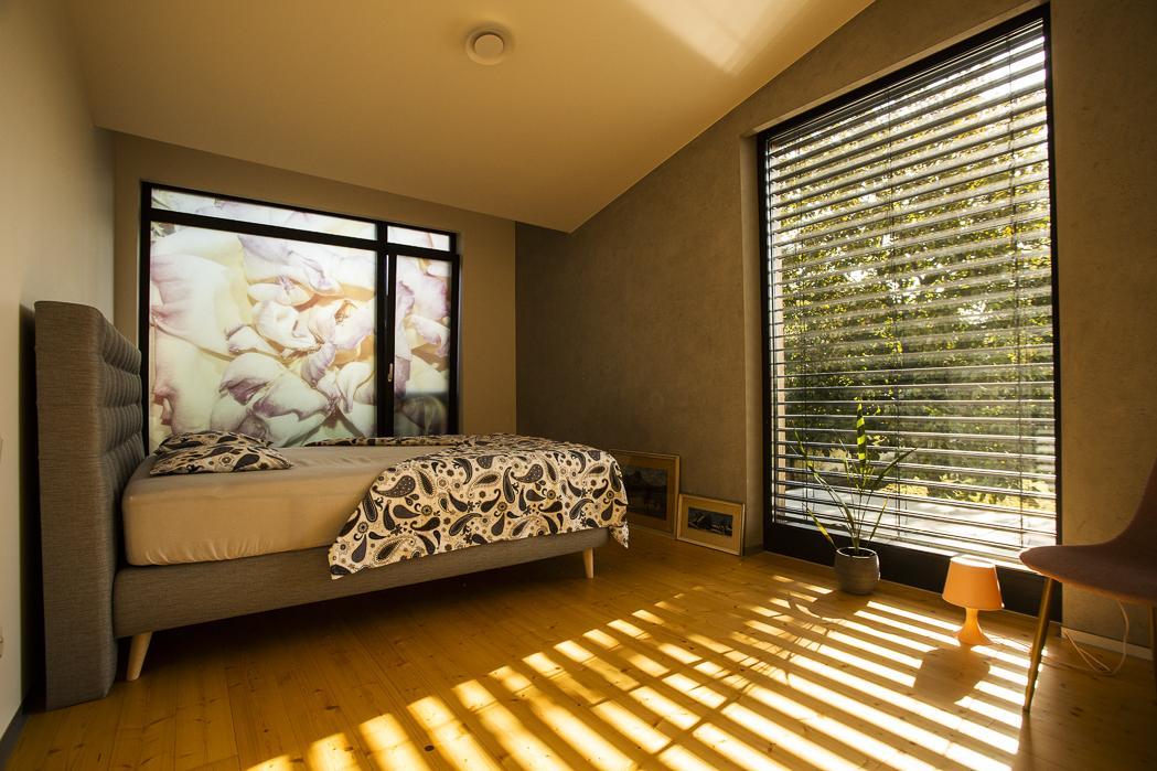 Moderná drevostavba s vlastným rukopisom - Dôvodom pre voľbu tejto konštrukcie bol aj nízkoenergetický štandard. Drevostavba má energetickú spotrebu 54 kWh/m2 za rok, čo je primárna energie v kategórii A1. Celková hrúbka tepelnej izolácie v obvodovej stene je 28 cm, v streche 30 cm.