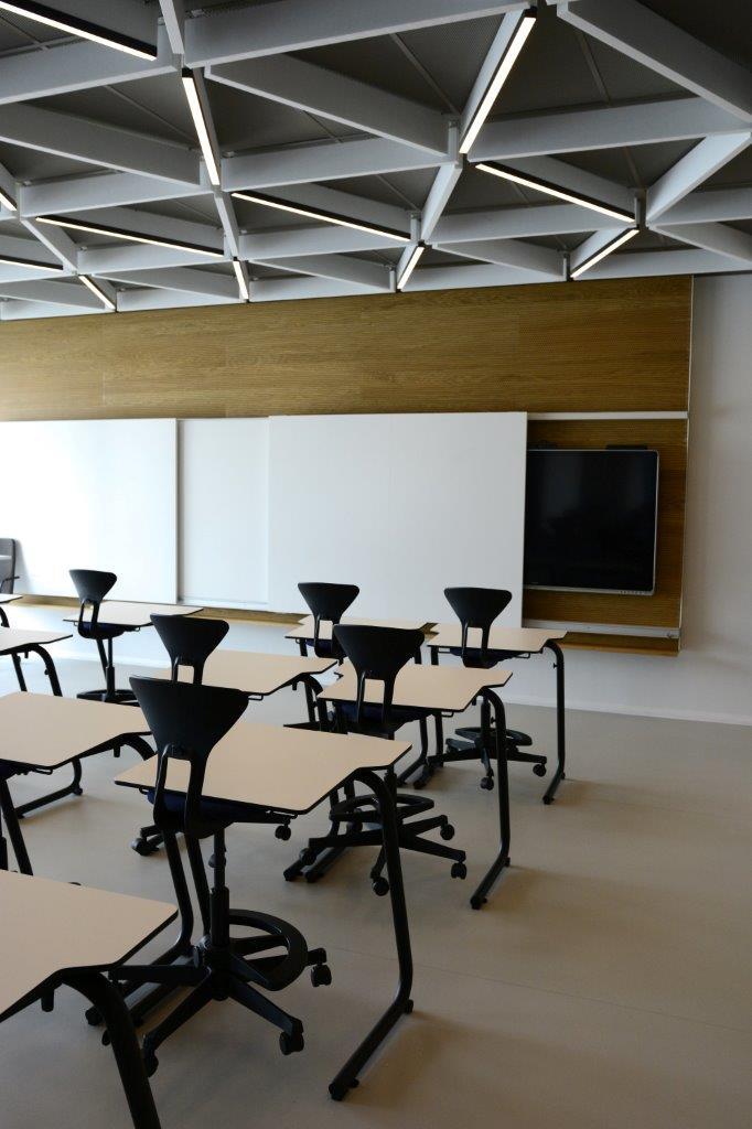 Zázračná škola pod zelenou strechou - Teplota a vetranie sú v priestore každej učebne individuálne nastaviteľné, je možné otvárať okná a systém reaguje aj na vonkajšie podmienky. Celá budova má systém inteligentného riadenia, ktorý dokáže fungovať samostatne, autonómne, a zároveň ho môžu upravovať vstupy užívateľov.