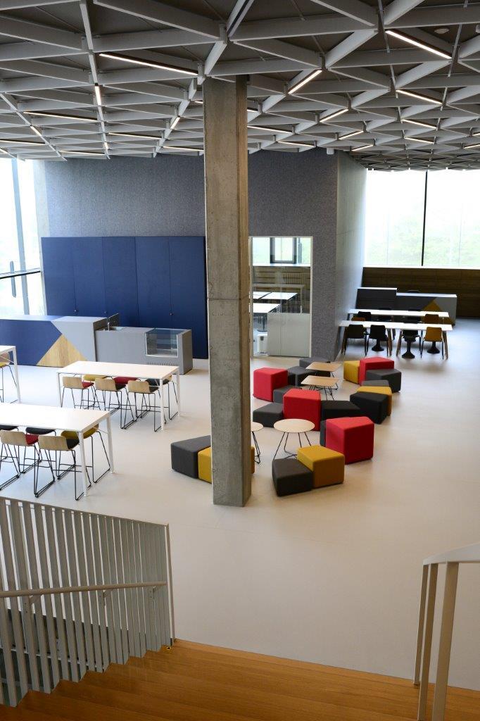 """Zázračná škola pod zelenou strechou - """"Vzťah užívateľa k budove ovplyvňuje aj to, ako sa v nej cíti. Nemali sme ambície získať certifikát zelenej budovy, ten je vhodný skôr pre kancelárske budovy. Opatrenia, ktoré sme vytvorili, majú slúžiť hlavne pre duševnú a fyzickú pohodu užívateľov budovy, žiakov a učiteľov,"""" uzatvára Ing. arch. Richard Murgaš."""