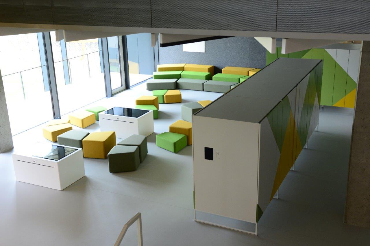Zázračná škola pod zelenou strechou - Budova školy je dokonale energeticky úsporná. Nielenže spĺňa normou požadovanú energetickú triedu A+, ale ju aj predbieha. Je vybavená vetraním s rekuperáciou a klimatizáciou, nenájdeme tu radiátory ani podlahové vykurovanie, s výnimkou bazénovej časti a šatní.