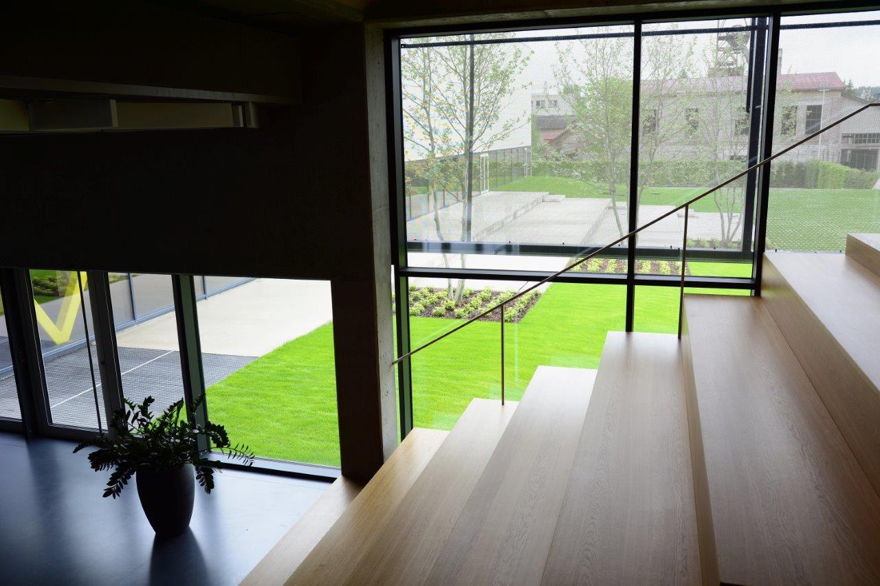 Zázračná škola pod zelenou strechou - Štandardným zdrojom tepla je séria tepelných čerpadiel, ktoré sú energeticky efektívne, špičkový zdroj tepla je plynový kotol a solárne panely na streche sa využívajú na ohrev bazéna.