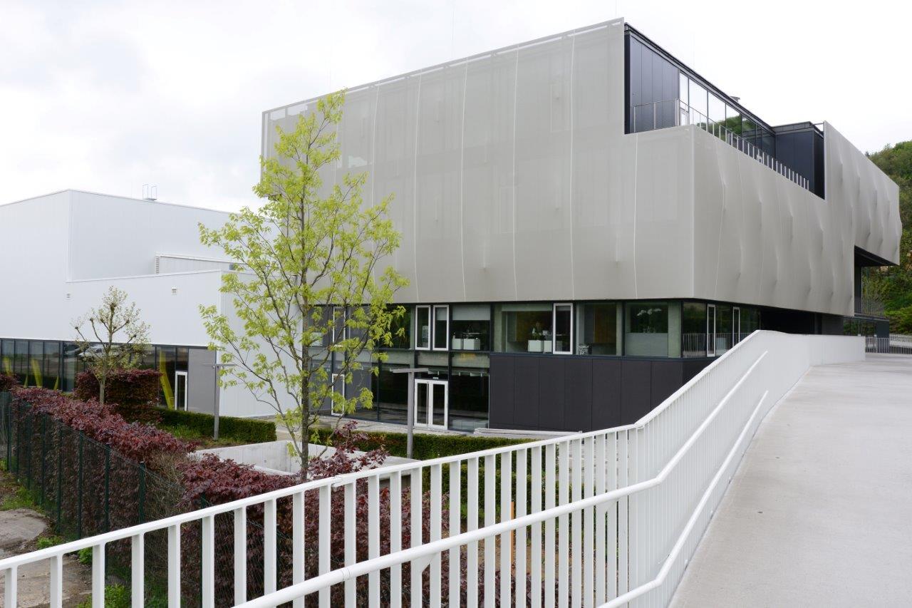 """Zázračná škola pod zelenou strechou - Prvá membránová konštrukcia na Slovensku - Táto textília poskytuje najlepšie podmienky, prejde cez ňu dostatok svetla, aby vnútri nebolo ponuré osvetlenie, ale zároveň dokáže zachytiť viac ako 50 % tepelnej zložky solárneho žiarenia. """"Vybrali sme popolavo sivý odtieň textílie, ktorý sa nám zdal optimálny. Deti oddeľuje od exteriéru akýsi závoj hmly, takže to príliš neodvádza ich pozornos pri výuke,"""" dodáva."""