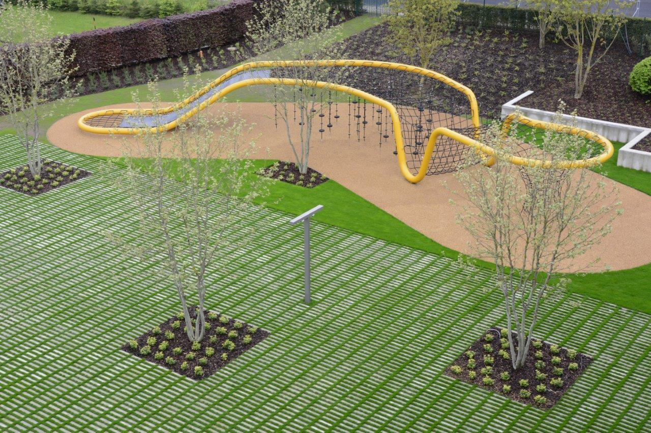 Zázračná škola pod zelenou strechou - Oko poteší aj športový areál s dizajnovými preliezačkami, basketbalovým a volejbalovým ihriskom i tenisovým kurtom, ktorý bude slúžiť pre žiakov školy, ale bude čiastočne sprístupnený aj verejnosti.