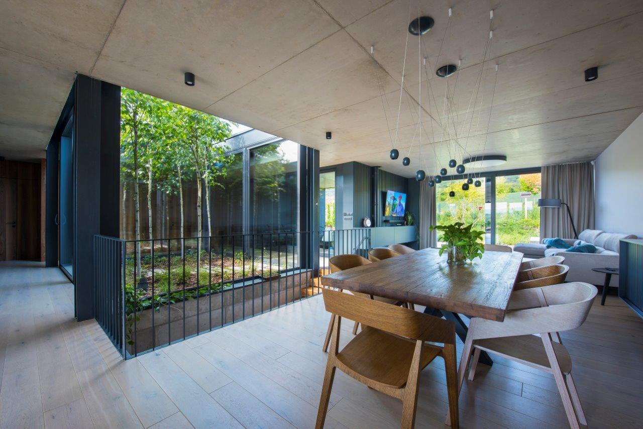 Dom, v ktorom sa komfortný interiér prelína s prírodou