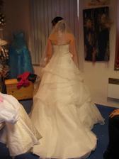 to jsem já a mé šaty ze zadu.. i závoj je on