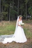 Sněhově bílé svatební šaty se stříbrnými kamínky, 36