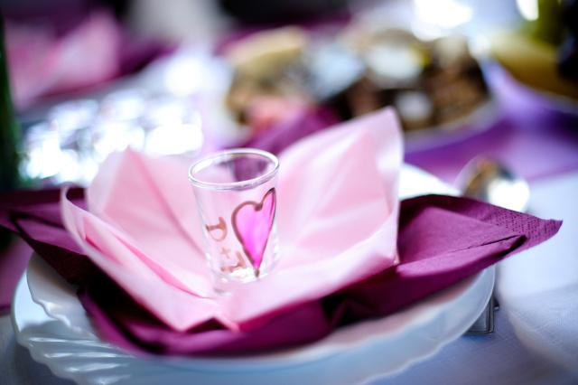 A party sa moze zacat :) - a tu uz na svadobnom stole... uf, bola to makacka.. :)