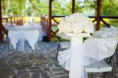 Svatební brána dva sloupy s kyticemi ,
