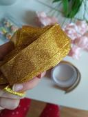 Stuha, zlatá páska, konfety, papírová srdíčka,