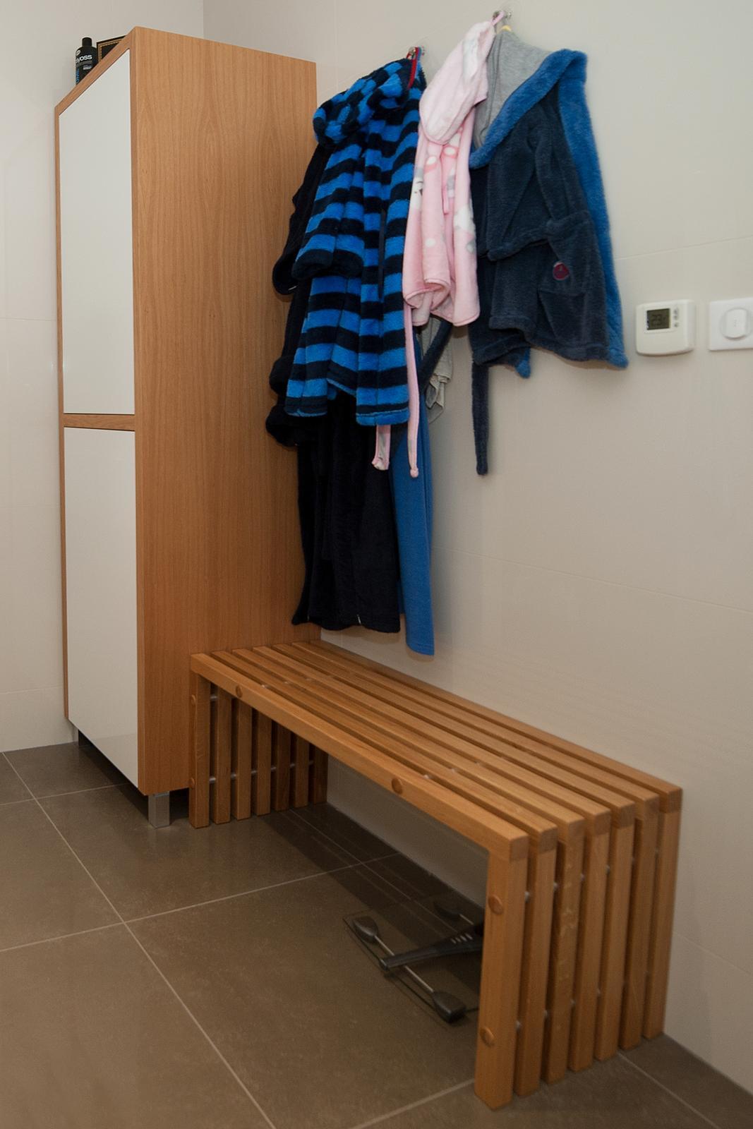 Niečo z našej práce - kupeľňová skrinka s lavičkou