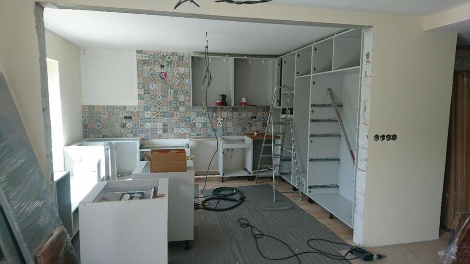 Vidiecka kuchyňa šedá - výroba, montáž a finálne osadenie - Obrázok č. 3