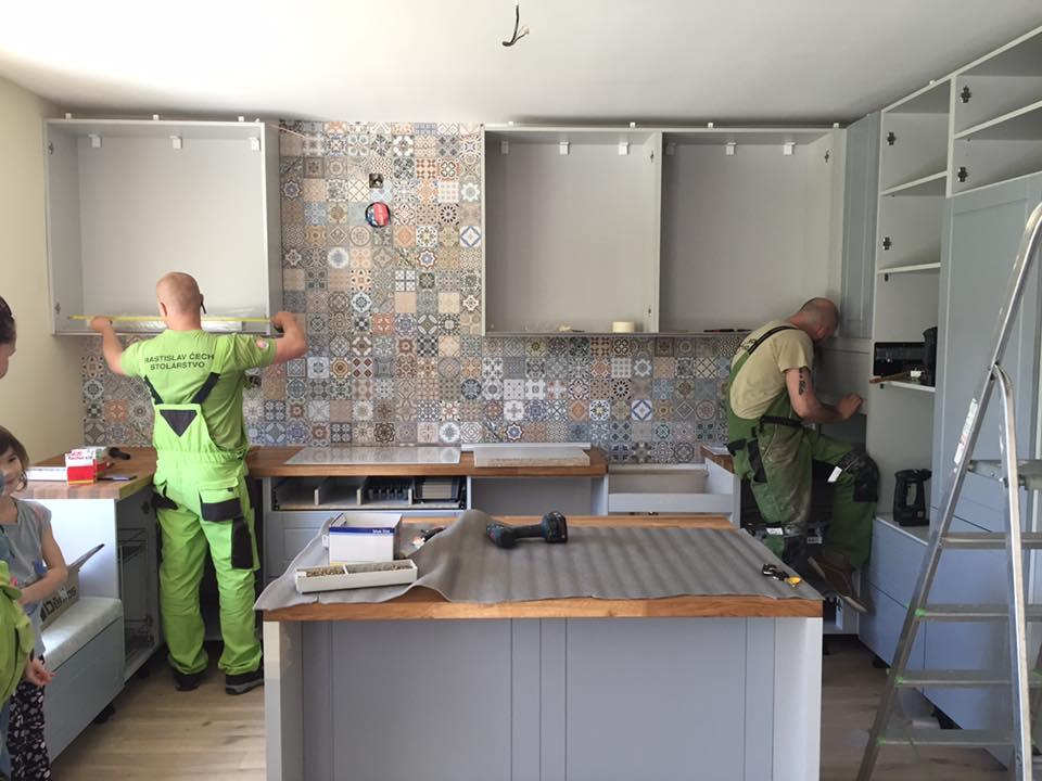 Vidiecka kuchyňa šedá - výroba, montáž a finálne osadenie - Obrázok č. 4