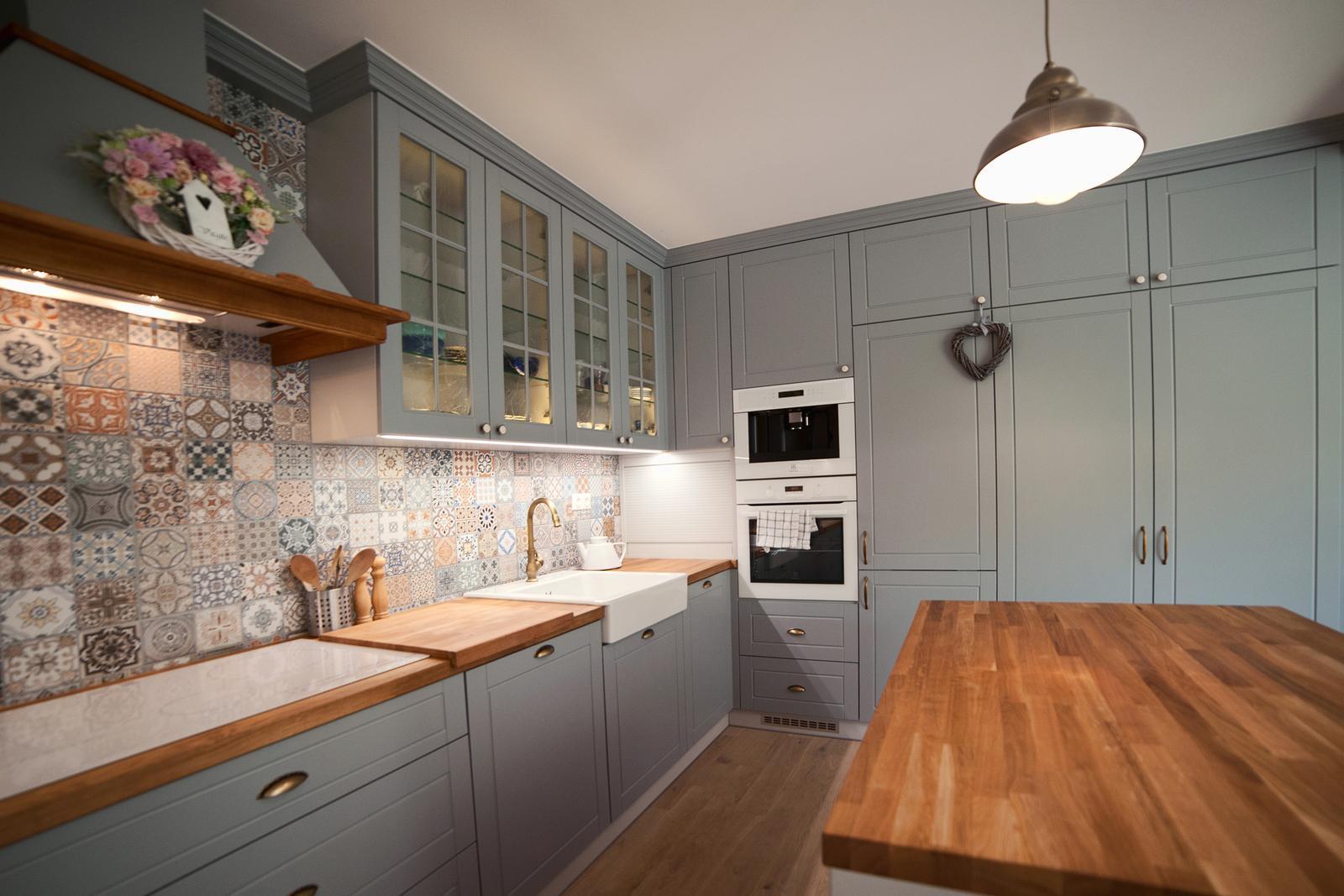 Vidiecka kuchyňa šedá - výroba, montáž a finálne osadenie - Obrázok č. 8