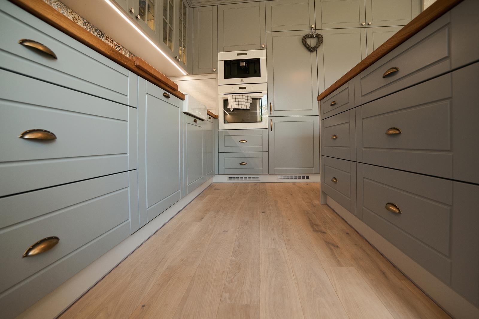 Vidiecka kuchyňa šedá - výroba, montáž a finálne osadenie - Obrázok č. 9