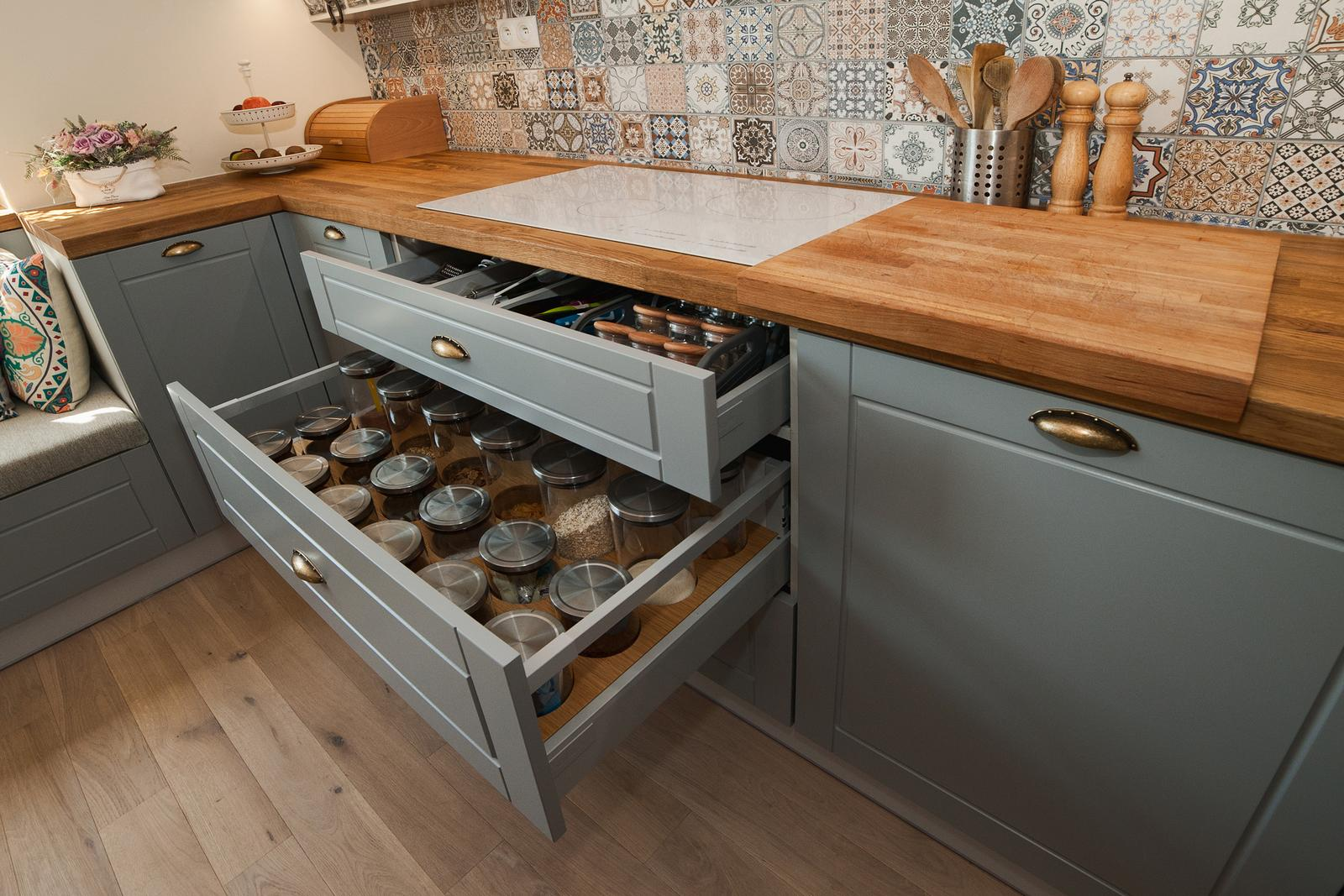 Vidiecka kuchyňa šedá - výroba, montáž a finálne osadenie - Obrázok č. 10