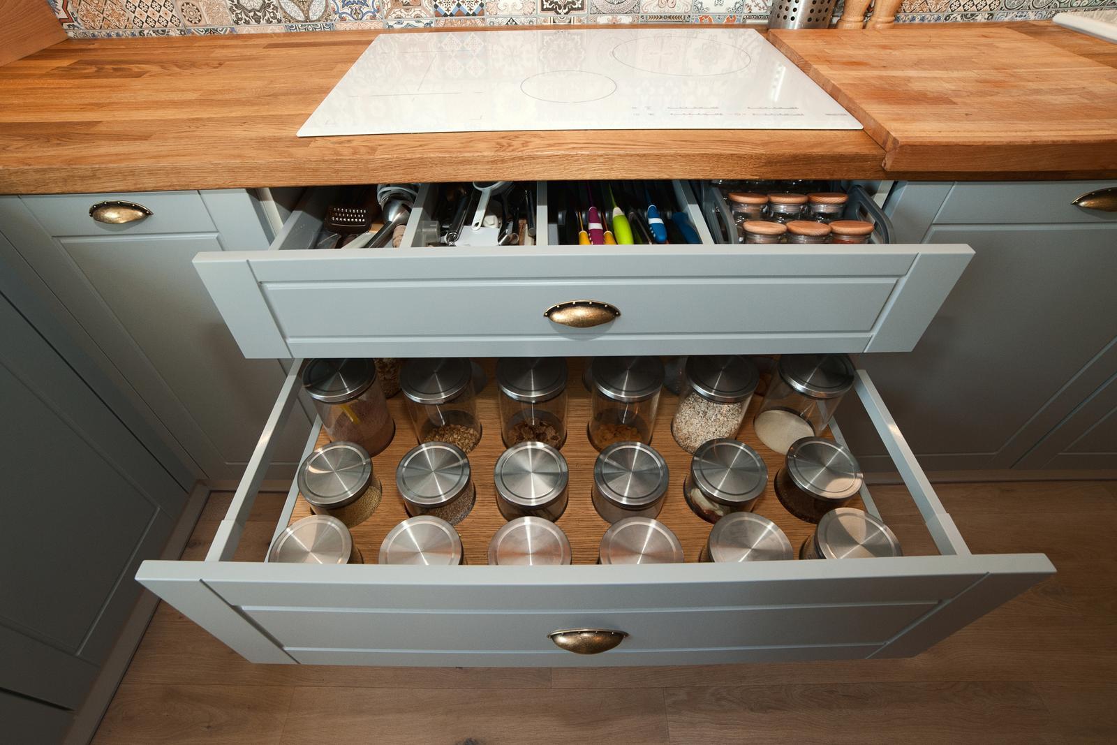 Vidiecka kuchyňa šedá - výroba, montáž a finálne osadenie - Obrázok č. 11
