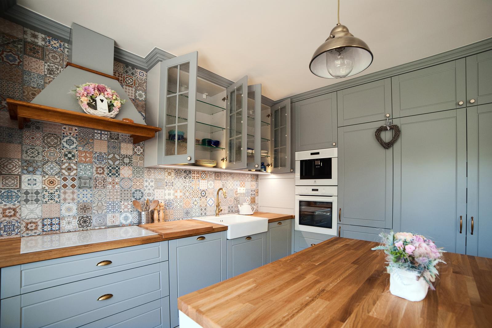 Vidiecka kuchyňa šedá - výroba, montáž a finálne osadenie - Obrázok č. 22