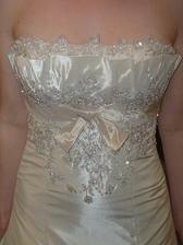 detail šatů zepředu