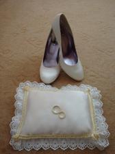 moj, vlasnorucne vyrobeny vankusik, ale este nie je uplne hotovy :)  a moje svadobné topánočky, po svadbe budú topánky aj vankúšik na predaj :) takže kto má zaujem , kludne piste!!