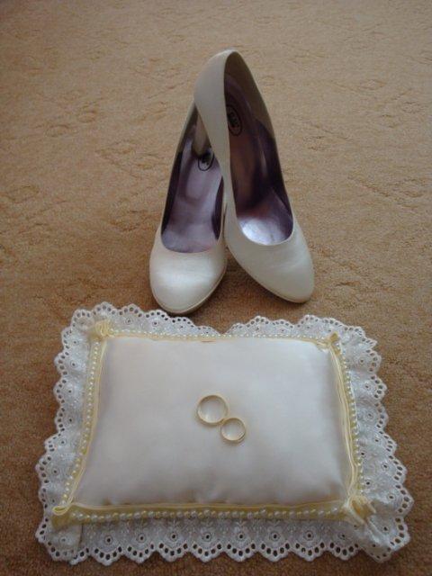 M+B=♥ - moj, vlasnorucne vyrobeny vankusik, ale este nie je uplne hotovy :)  a moje svadobné topánočky, po svadbe budú topánky aj vankúšik na predaj :) takže kto má zaujem , kludne piste!!