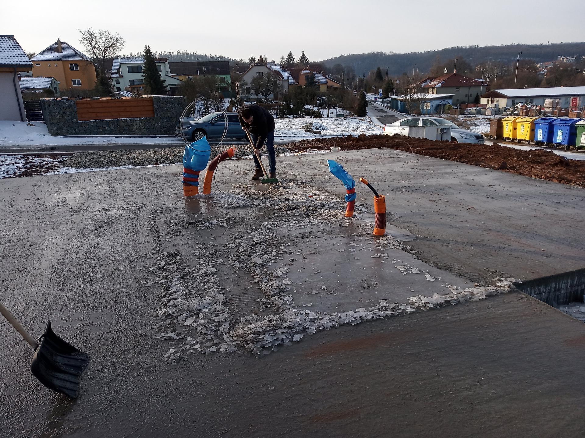 Nova 101 - Odstraňování vrstvy ledu ze základové desky 3 dny před stavbou