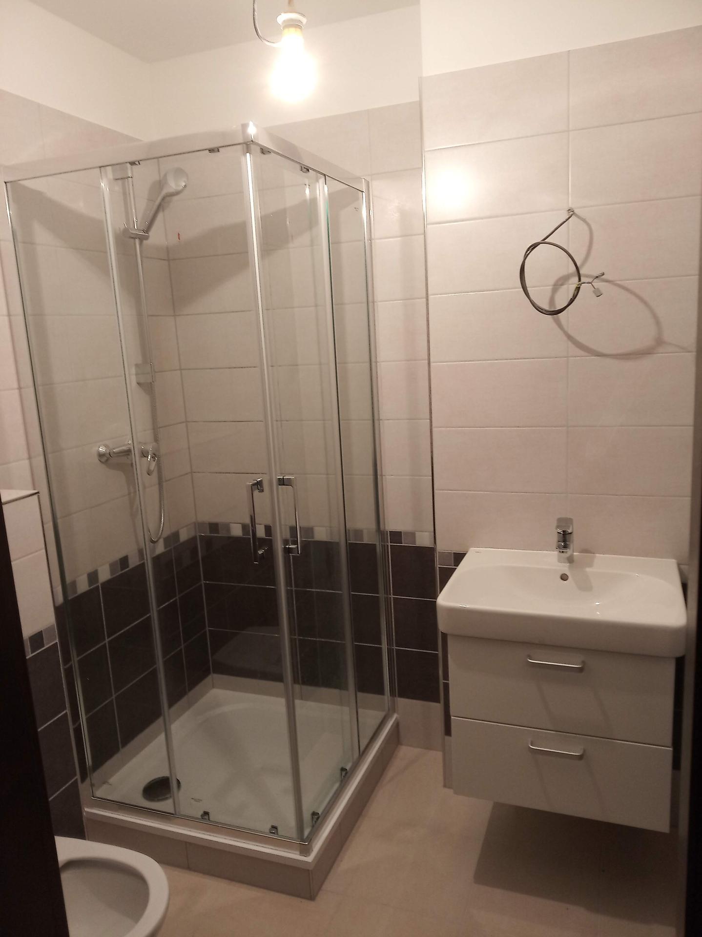 Nova 101 - 19. den - přebíráme hotový domek :-o  Spodní koupelna...