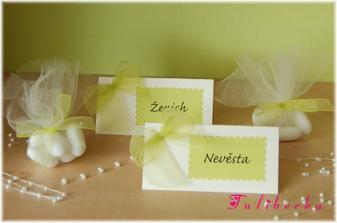 jmenovka a balíček mandliček pro každého hosta :o)