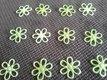 Světle zelené kytičky a čtyřlístky,