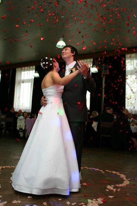 Katarína{{_AND_}}Radovan Rychnavský - a takéto prekvapko sme mali od Dja pri našom prvom novomanželskom tanci:-)))