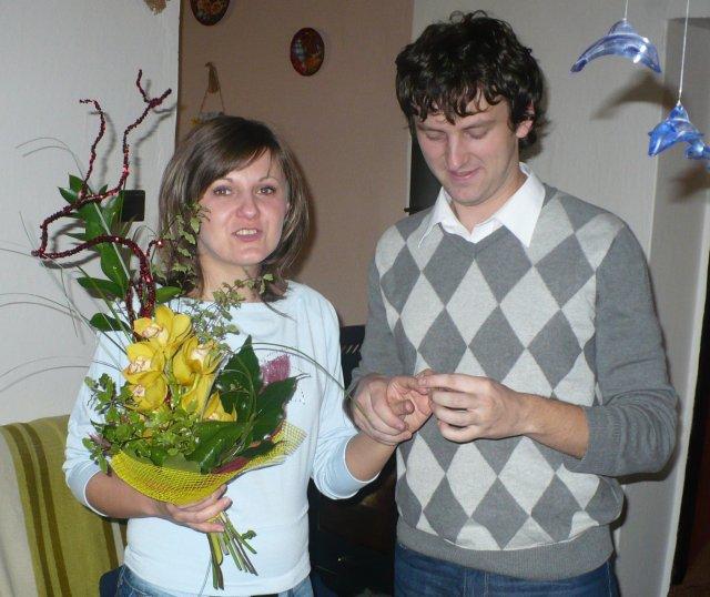 Katka a Radko-náš deň 15.05.2010(časť 1) - miláčik my navlieka snubný prstienok