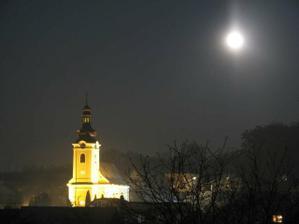toto je pohľad na náš kostol v noci