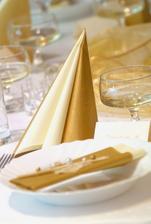 výzdoba stolů bude bílo-zlatá